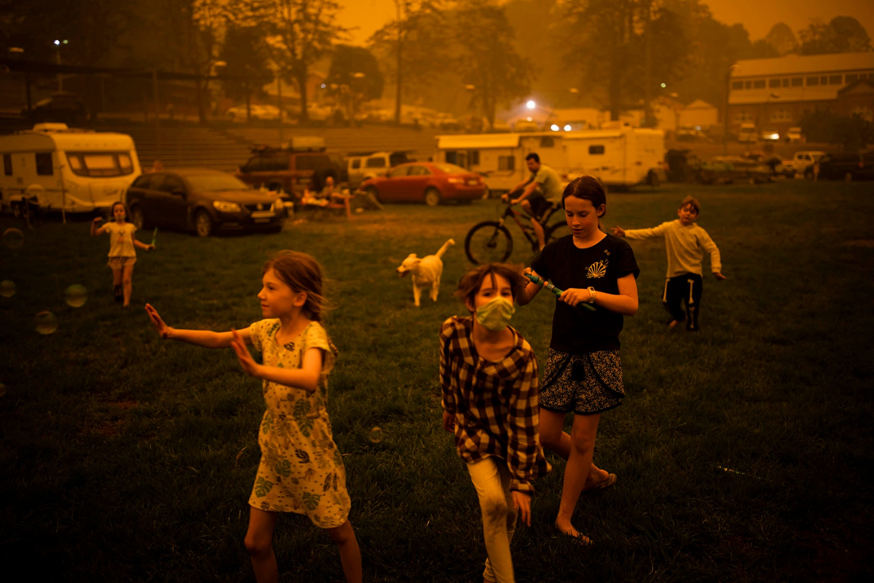 children-playing-in-smoke-haze-at-a-temporary-evacuation-centre-in-bega-nsw-australia-during-the-devestating-bushfire-season-of-late-2019