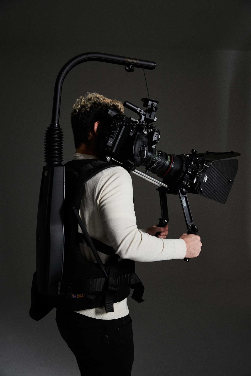 man-on-side-angle-wearing-easyrig-vario-5-with-camera-attached