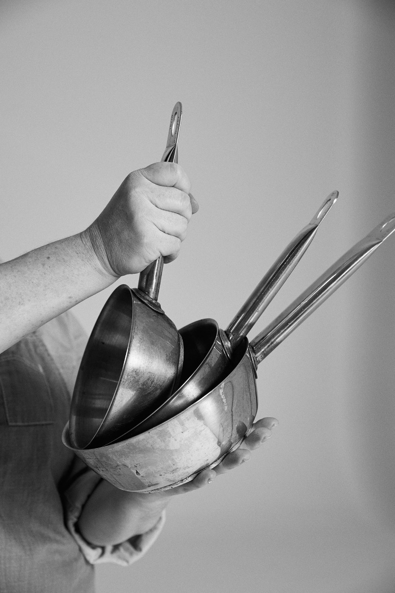 layered-saucepans-in-black-and-white