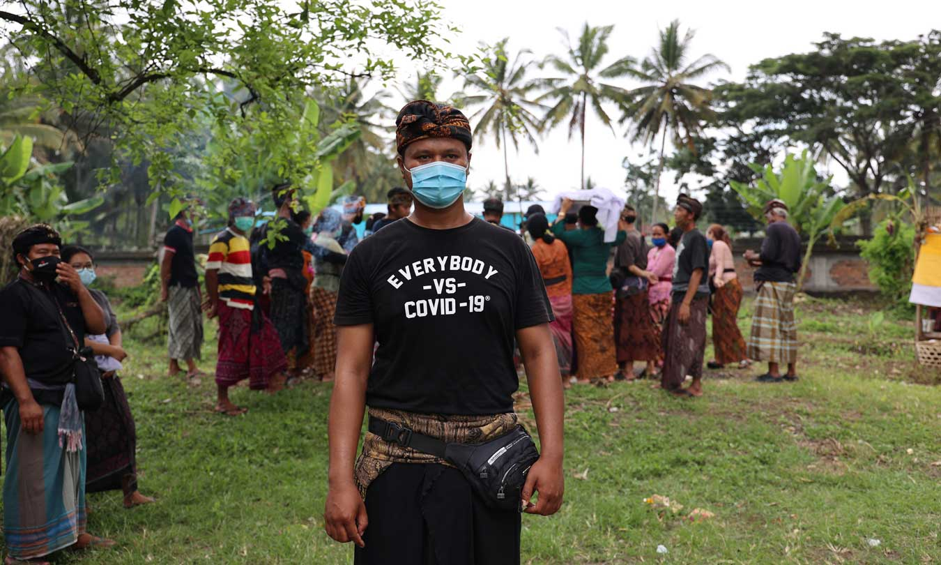 balinese-man-in-mask-wearing-black-everybody-against-covid-t-shirt