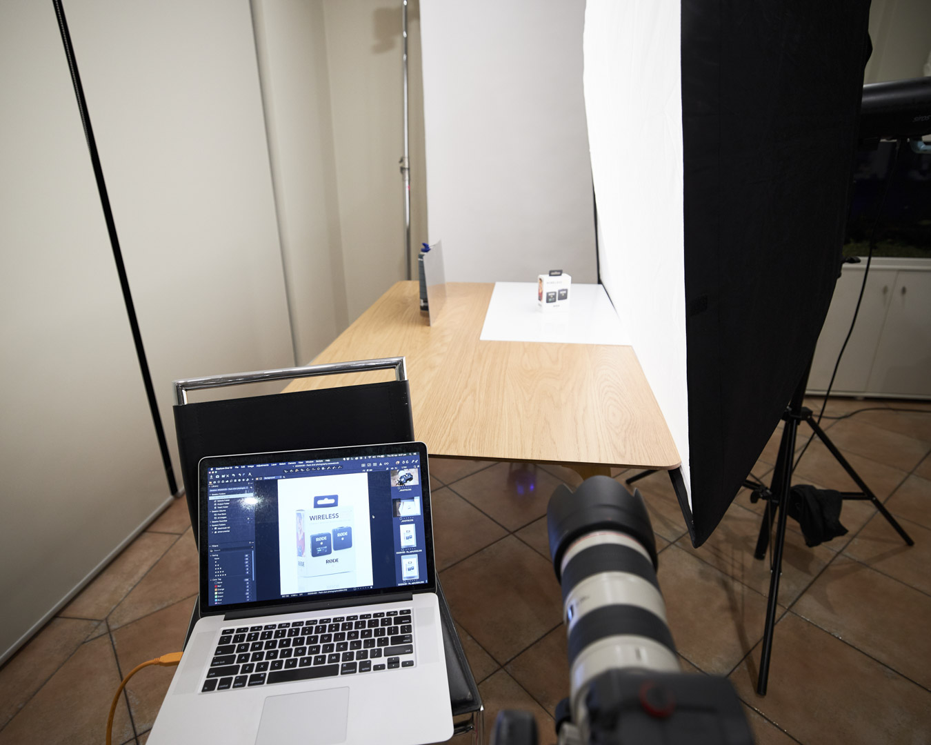 wide-shot-of-set-up-involving-softbox-to-one-side-and-black-card-to-the-other-to-increse-contrast