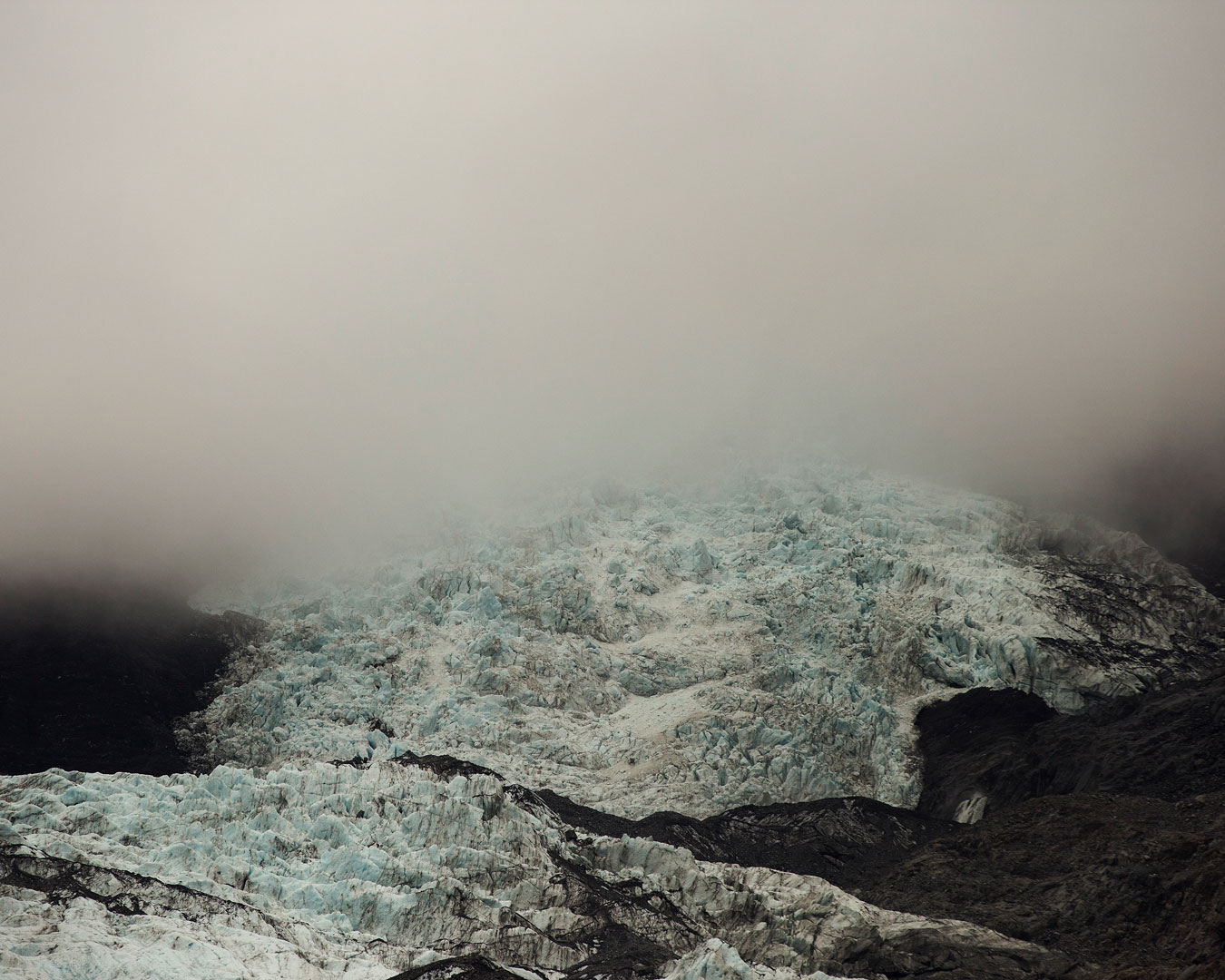 new-zealand-mountain-range-snow-covered-in-mist
